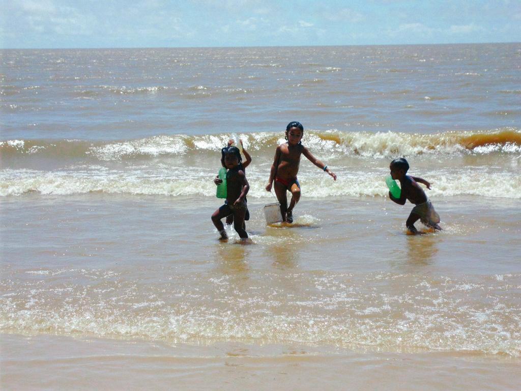 Crianças se divertindo na água
