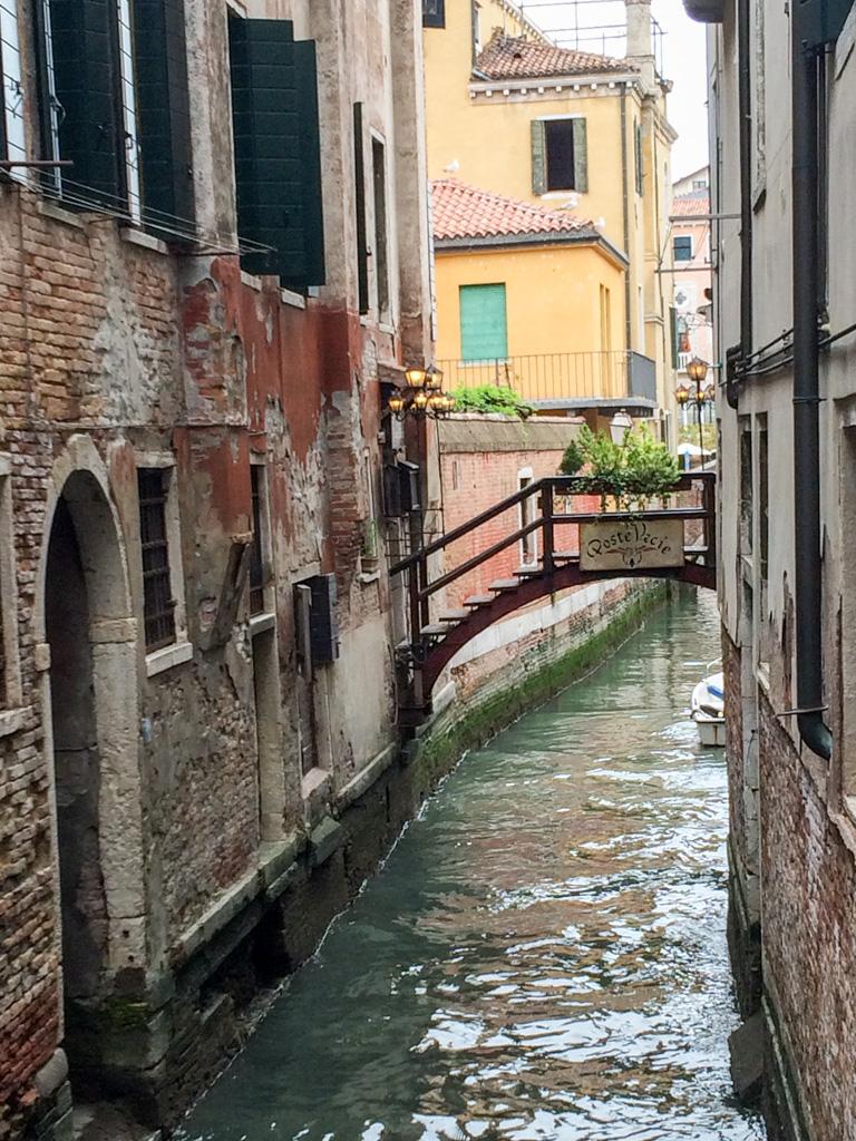 Veneza é cercada de pontes, como esta que vemos ao fundo.