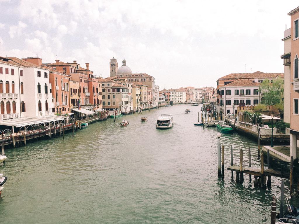 Atravessando a primeira ponte em Veneza.