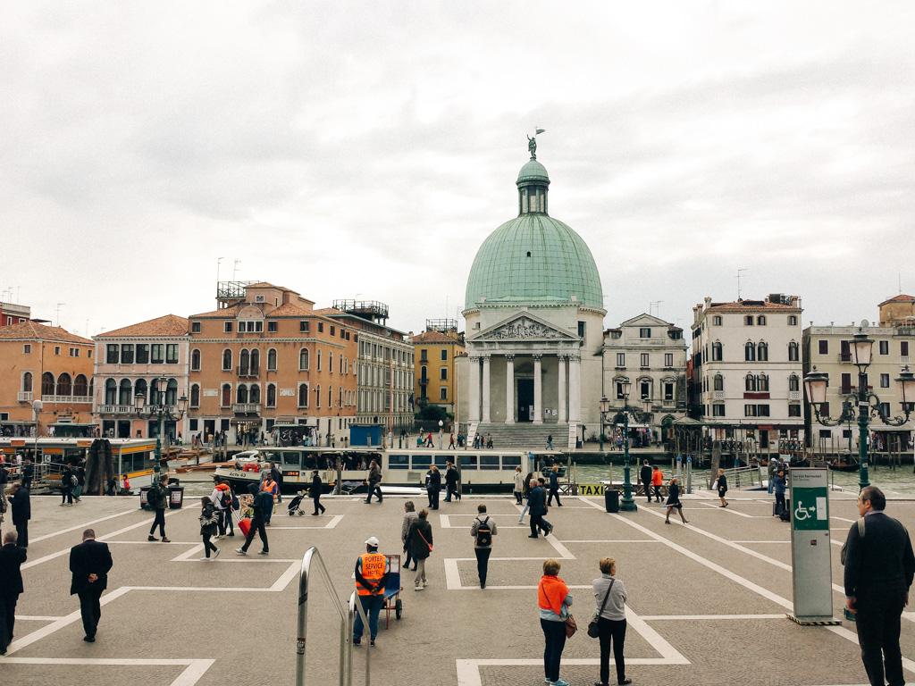 Vista para o canal no desembarque em Veneza.