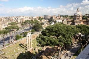 Vista de cima do Fórum Romano, com o Coliseu ao fundo.