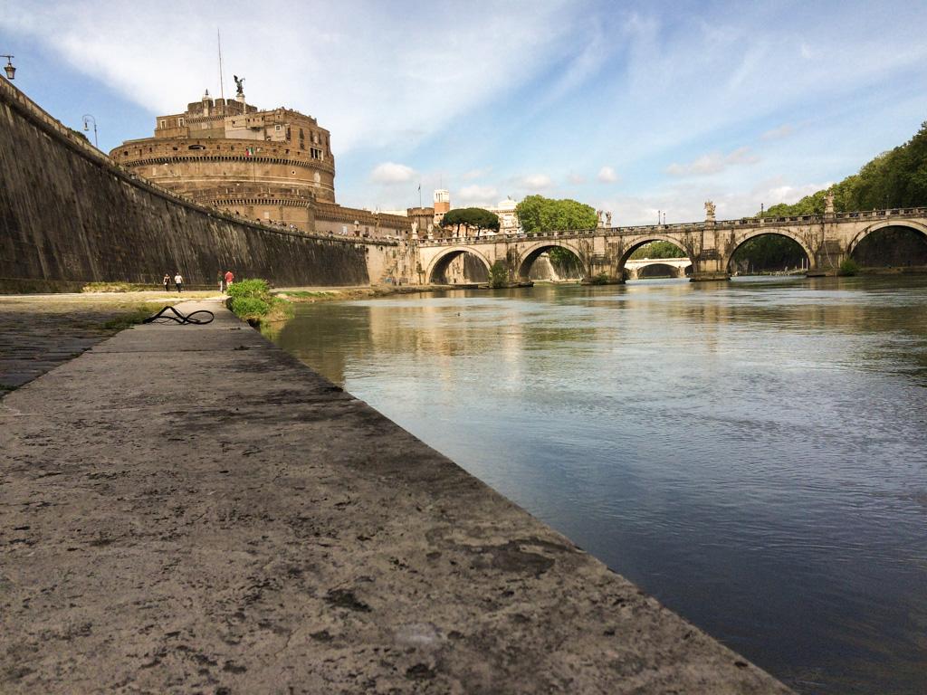 Caminhada pelas orla do rio Tibre, com o Castel Sant'Angelo ao fundo.