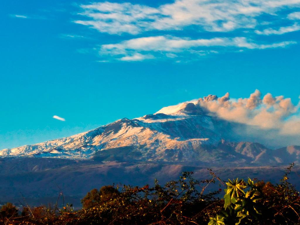 Imagem do monte Etna coberto de neve