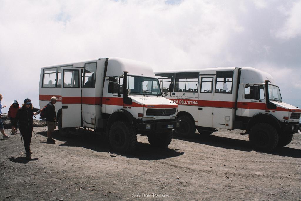 """""""Caminhônibus"""" 4x4 que levam do teleférico até as crateras no topo."""