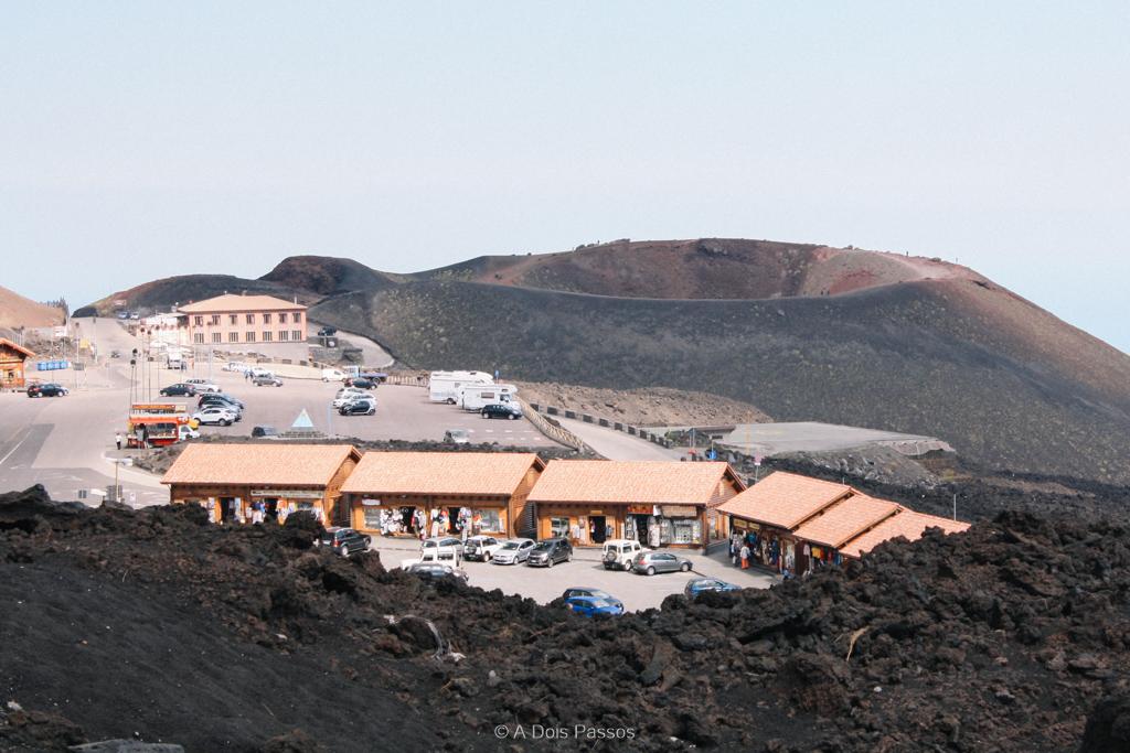 A cratera Silvestri fica bem ao lado do estacionamento no Rifugio Sapienza. Ela foi formada na erupção de 1892.