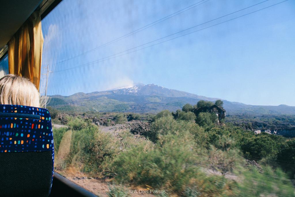 Praticamente em todos os momentos da subida de ônibus é possível avistar o topo da montanha.