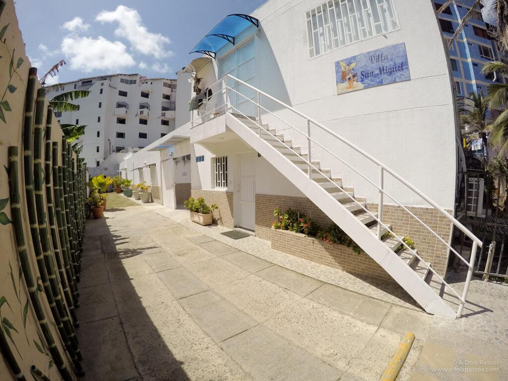 A entrada da Villa fica em uma pequena rua.
