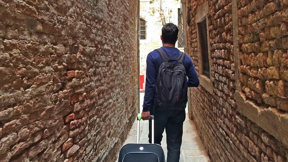 Eu andando pelos becos de Veneza.