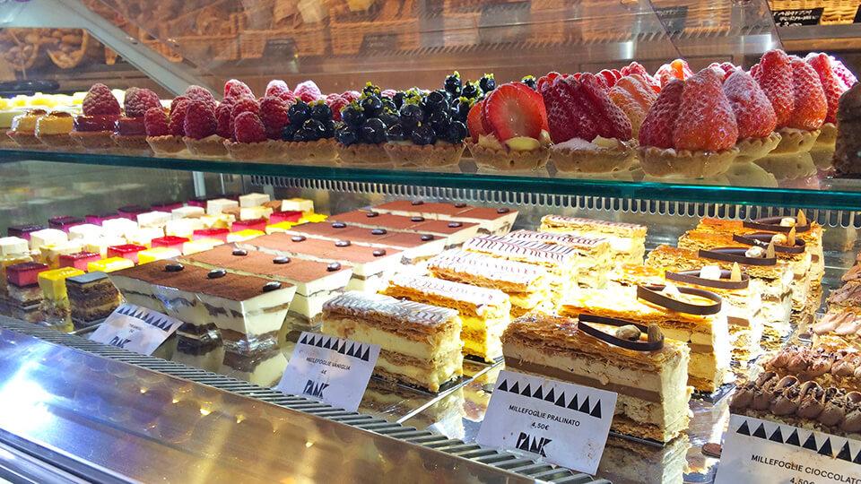 Vitrine de doces de uma confeitaria em Florença.