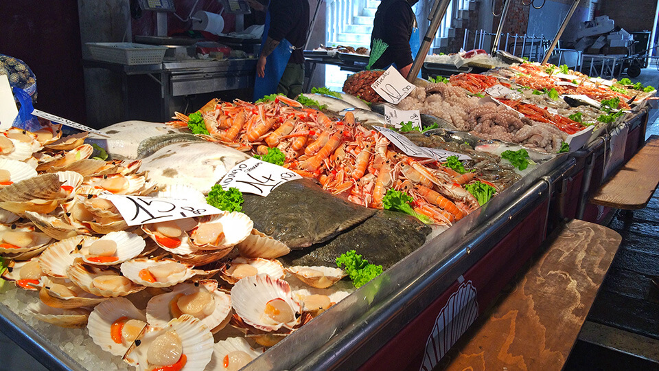 Mercado de peixes em Veneza com diversos frutos do mar.