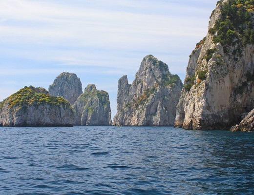 Ilha de Capri com os Faraglioni ao fundo.