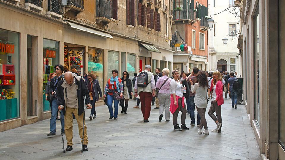 Turistas em uma rua de Veneza.