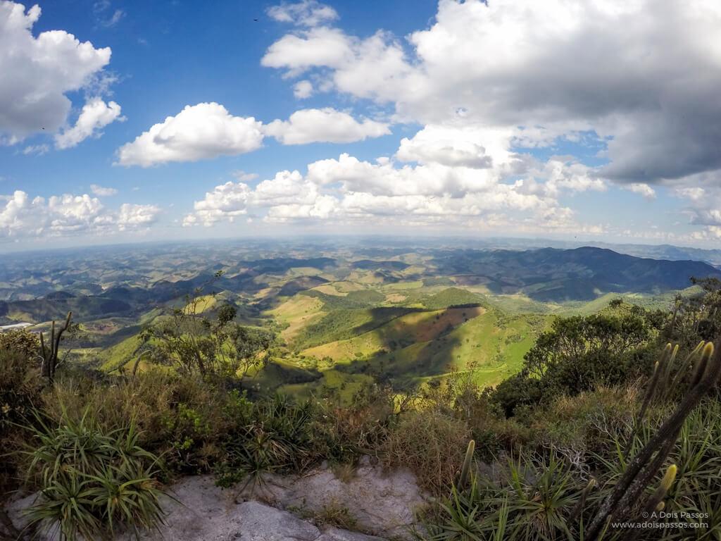 Imagem das montanhas ao longo da paisagem, já na trilha de descida.