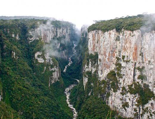 Cânion Itaimbezinho com o Rio do Boi passando no meio dele.