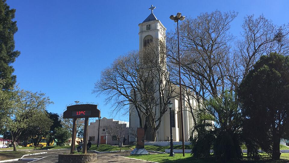 Igreja e termômetro na praça central de Cambará do Sul