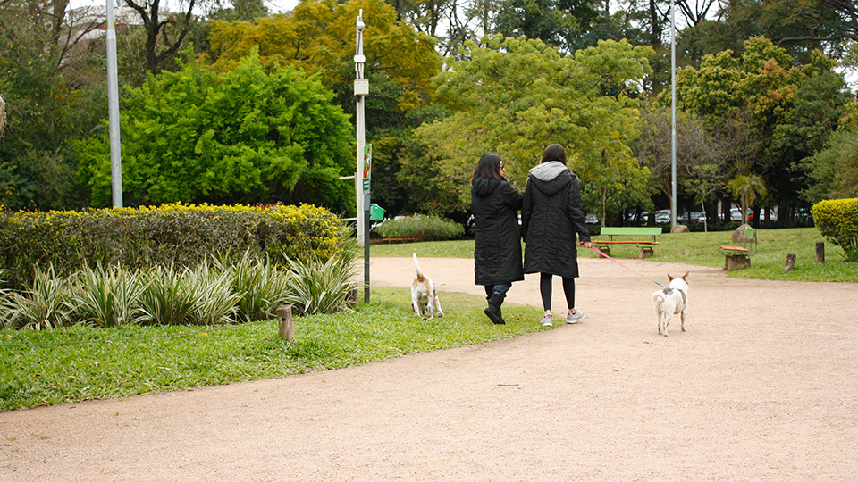 Pessoas caminhando no Parcão