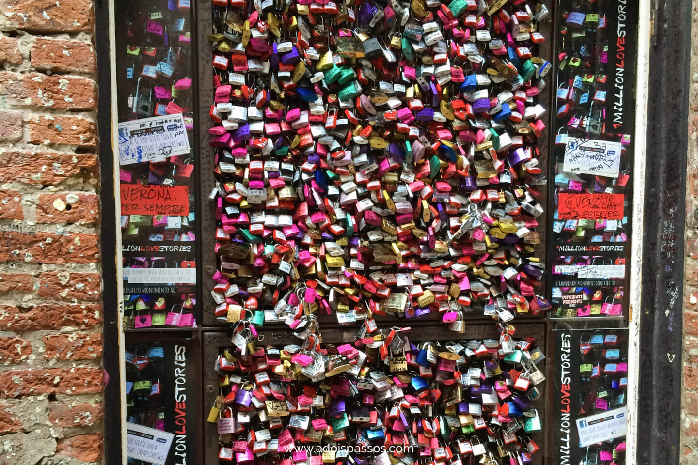 Cadeados presos em porta de Verona.
