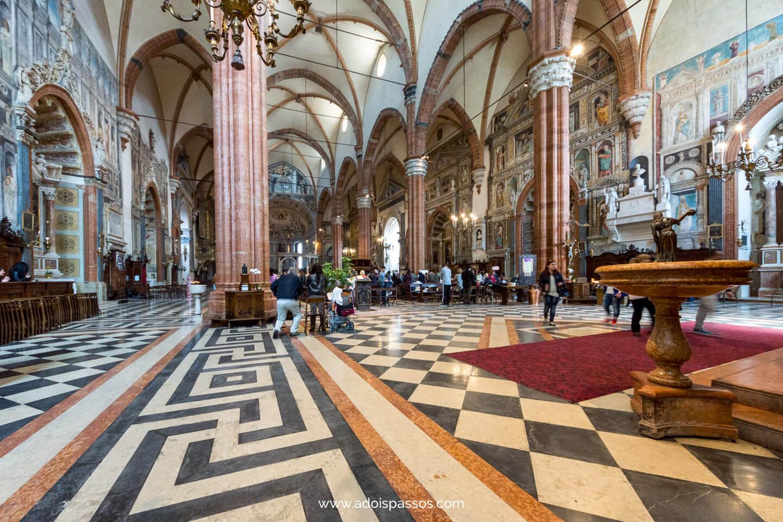Salão interno do Duomo di Verona.
