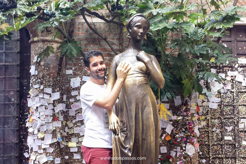Estátua de Julieta no pátio inferior de sua casa.
