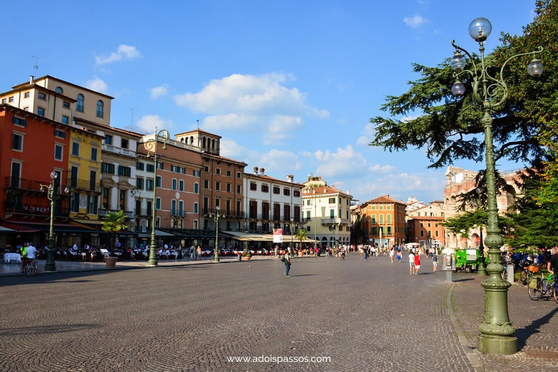Piazza Bra com restaurantes.