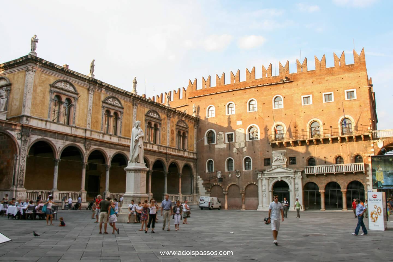 Piazza dei Signori com estátua de Dante ao centro.