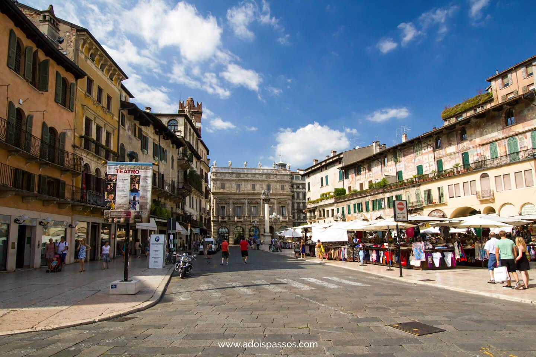 Piazza delle Erbe com sua tradicional feirinha.