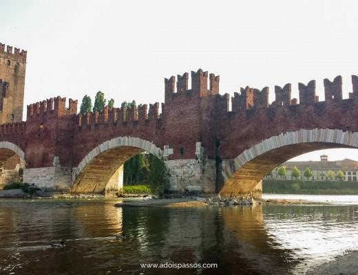 Ponte Scaligero ligando o Castelvecchio ao outro lado do rio Adige.