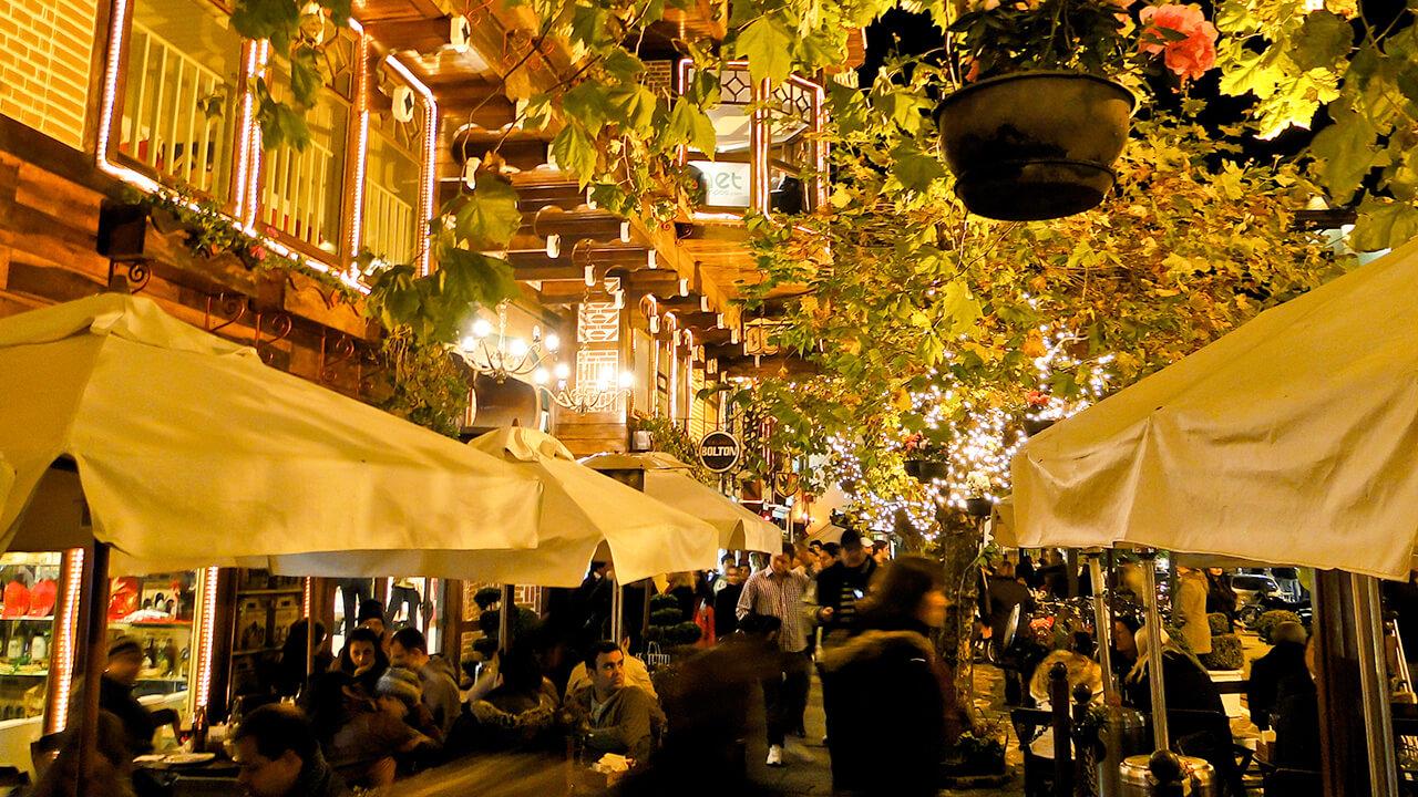 Rua movimentada e repleta de restaurantes em São José dos Campos, um dos mais populares lugares para lua de mel no Brasil.