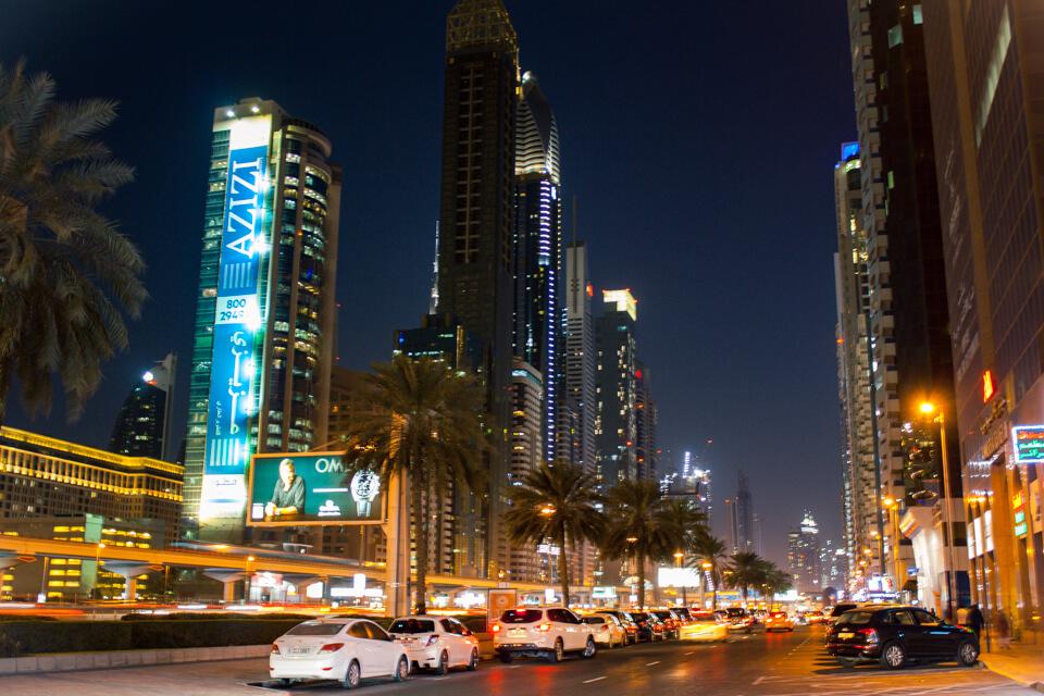 Rodovia Sheikh Zayed. A mais famosa e movimentada de Dubai.