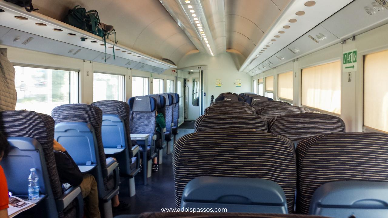 Interior do vagão de um trem regional na Itália