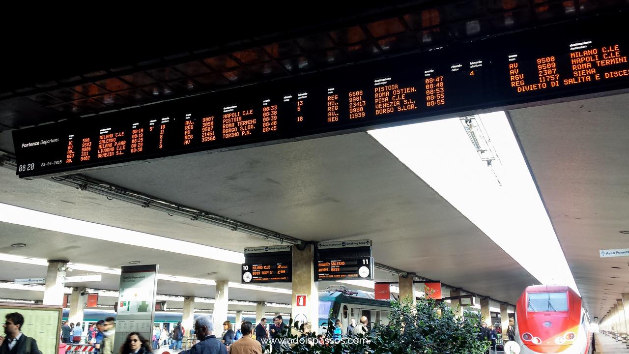 Painel de horários na estação de trem de Florença.