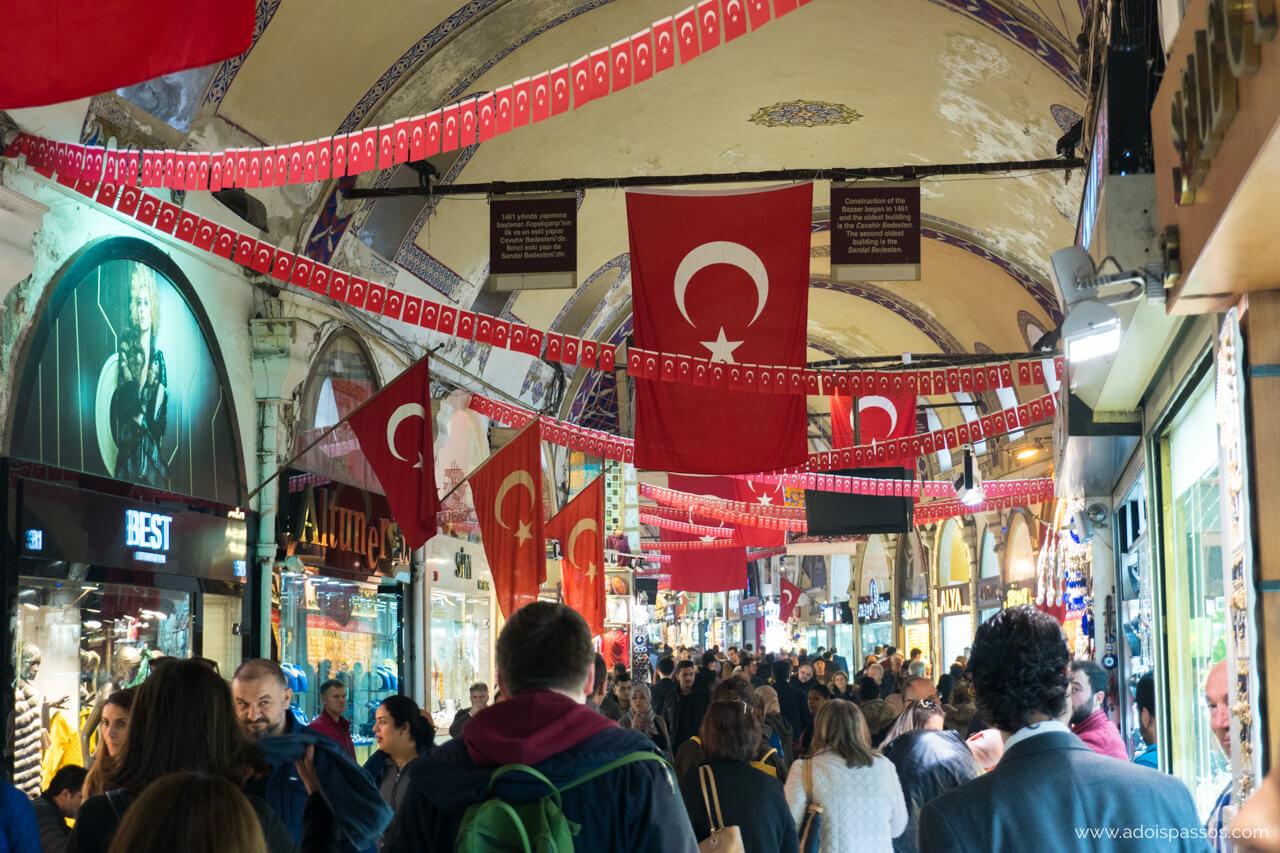 É seguro viajar na Turquia? Pessoas caminham normalmente no Grande Bazar