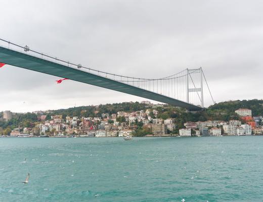 Uma das pontes que ligam os lados europeu e asiático de Istambul